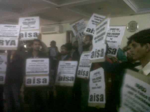 protesters-barge-inside-orissa-bhawan-delhi-040213.jpg